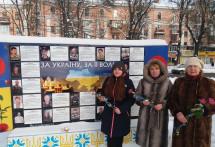 Полтавські ліцеїсти й «Жіноча громада» передали дарунки захисникам на передову та принесли квіти Героям
