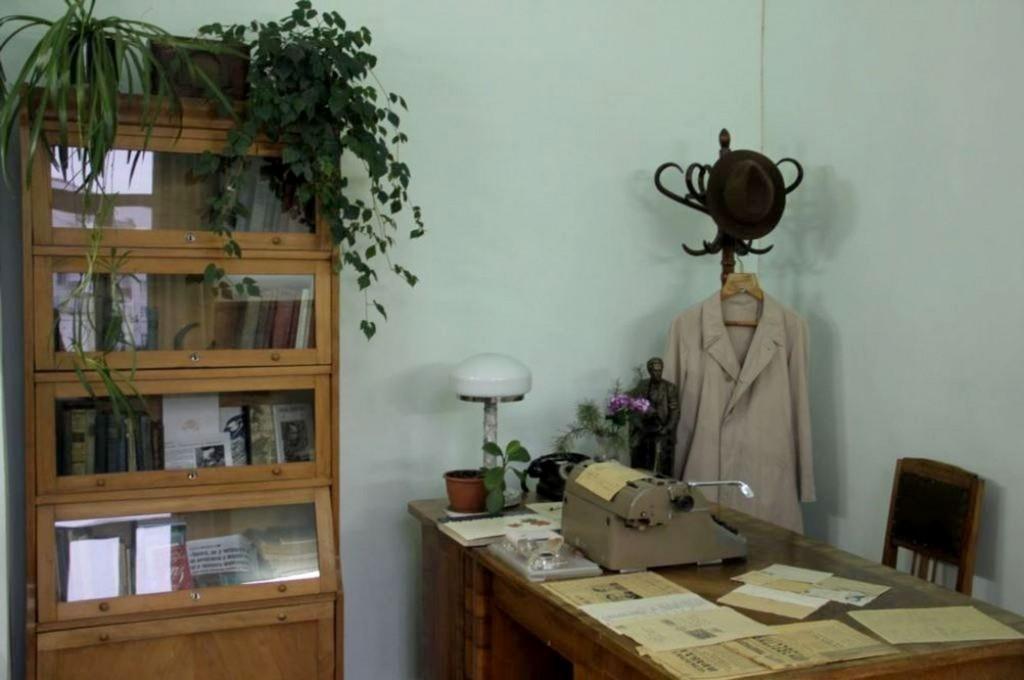 Премії... Фото 2 Робочий кабінет журналіста В.Симоненка в Черкаському музеї