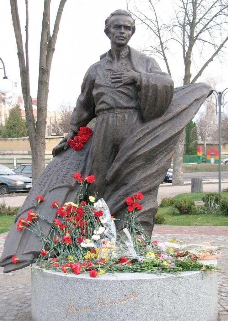 Премії... Фото 3 Пам'ятник поету в Черкасах