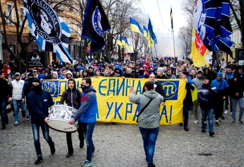1 Футбольні фанати на марші в центрі Одеси