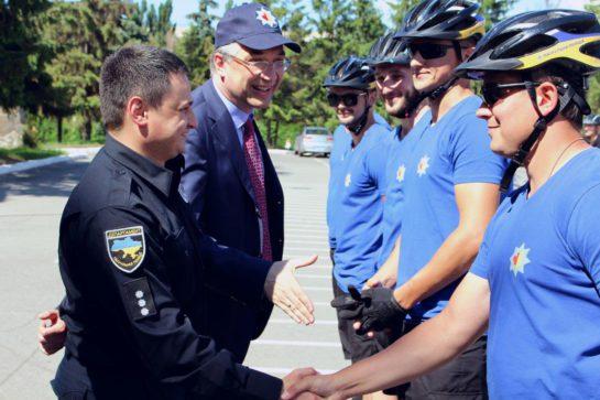 Na-tseremoniji-vruchennya-sertyfikativ-po-zavershennyu-kursu-pidhotovky-instruktoriv-i-velopatrulnyh-pid-kerivnytstvom-kanadskyh-treneriv-patrol.police.gov_.ua_-545x363
