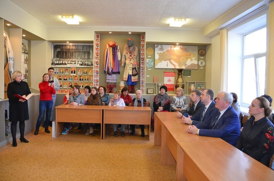 Авторка книги Наталя демянко проводить екскурсію у ПНПУ
