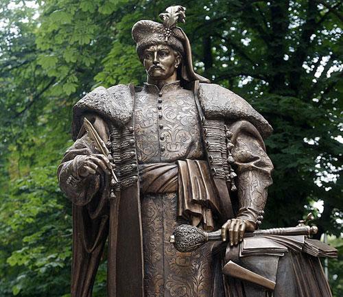 Памятник Пилипу Орлику у Києві в урядововму кварталі поруч із офісом УІНП