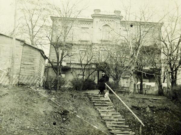 Із цього будинку Грушевських на Паньківській, 9 в ніч з 10 на 11 липня 1938 р. Катерина пішла назавжди. 1927