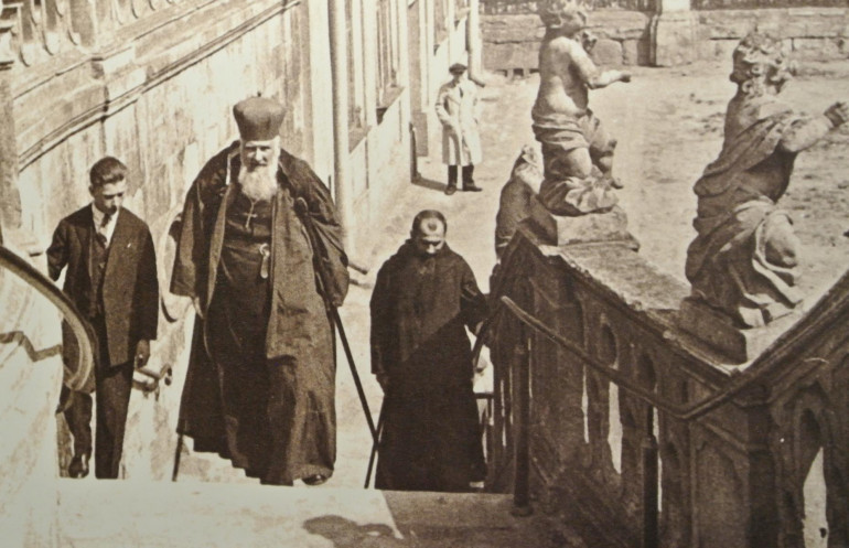 Андрей Шептицький на сходах храму Святого Юра. Початок 1930-х років