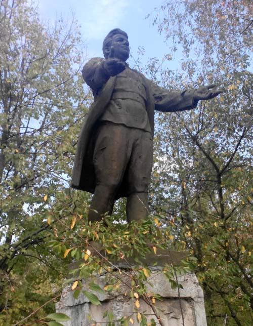 Колишній памятник Кірову у селі Лука на Лохвиччині