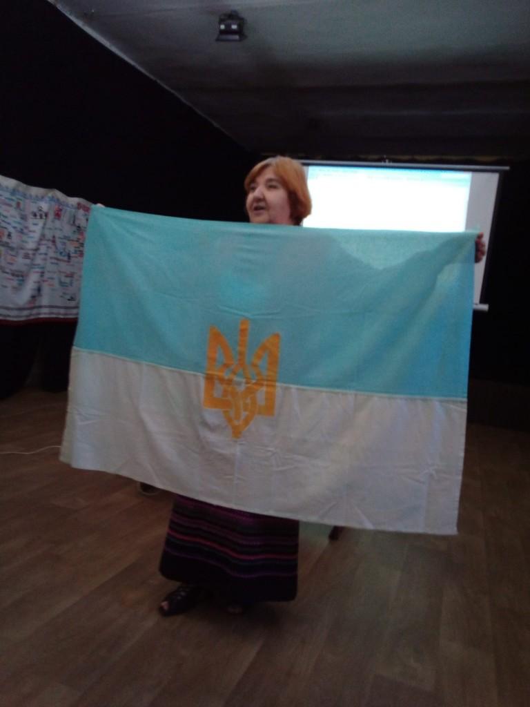 Зоя Коваленко з раритетним прапором