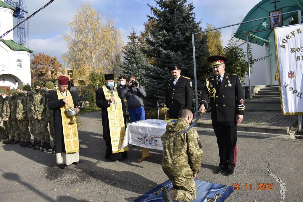 Курсанта військоледжу посвячують у козаки
