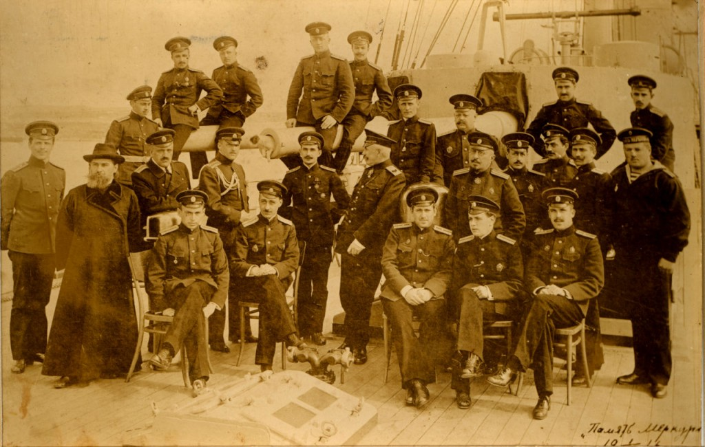Контр-адмірал Остроградський серед екіпажу крейсеру ''Пам'ять Меркурія'' (1)