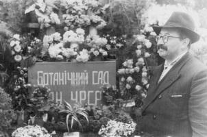 Микола Гришко біля воріт Ботанічного саду