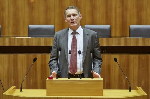 Nationalratsabgeordneter Thomas Schellenbacher (F) am Rednerpult