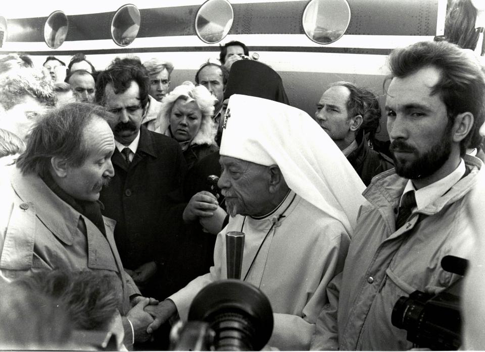 1990 рік Вячеслав Чорновіл зустрічає Патріарха у аеропорту